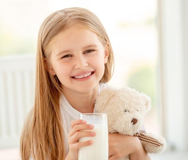 Menina bonita criança abraçando com ursinho de pelúcia