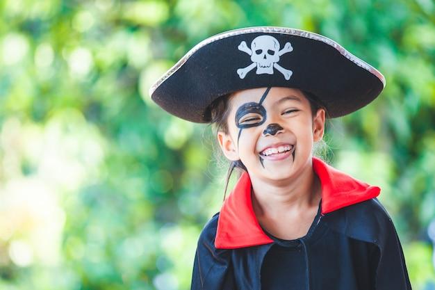 Menina bonita criança asiática vestindo maquiagem e trajes de halloween se divertindo na celebração do dia das bruxas