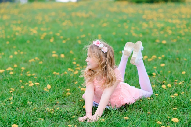 Menina bonita criança sorrindo e brincando nas flores do jardim, árvores florescendo, cereja, maçãs.