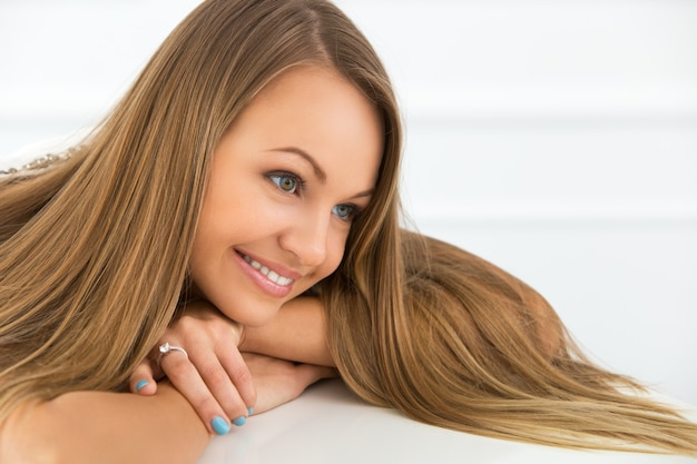 Menina bonita de cabelos longos sorrindo