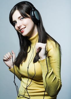 Menina bonita de fones de ouvido