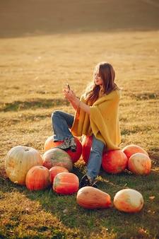 Menina bonita e bonita em um parque de outono