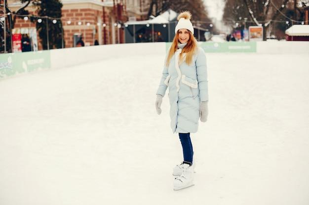 Menina bonita e bonita em uma cidade de inverno