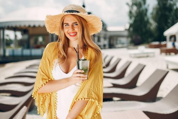Menina bonita e elegante em um resort