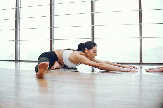Menina bonita e elegante, fazendo yoga