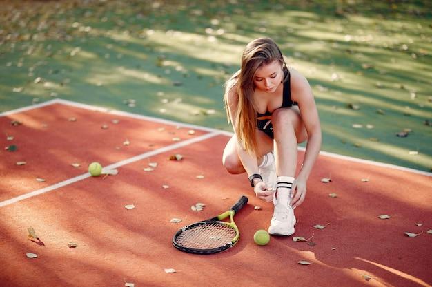Menina bonita e elegante na quadra de tênis