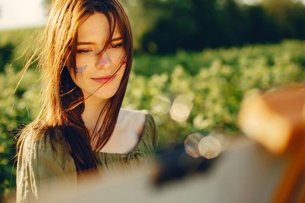 Menina bonita e linda em um campo de verão