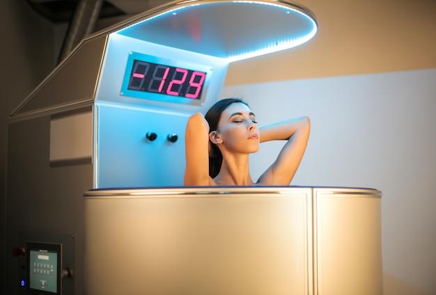 Menina bonita e relaxante durante um tratamento em um centro de beleza