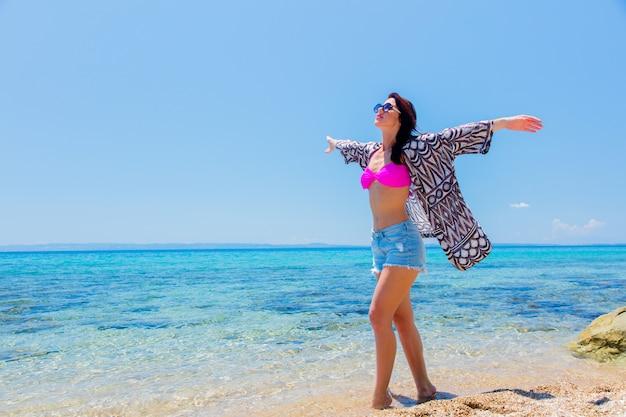 Menina bonita em biquíni na praia