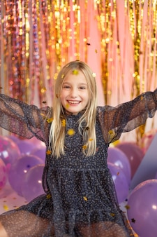 Menina bonita em festa festiva com balões