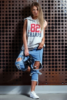 Menina bonita em jeans rasgados