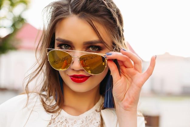 Menina bonita em óculos de sol