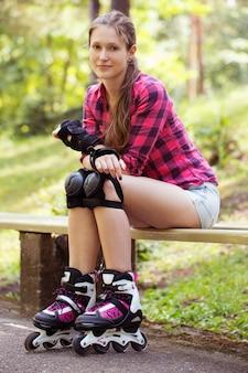 Menina bonita em patins
