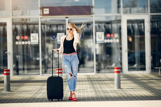 Menina bonita em pé no aeroporto