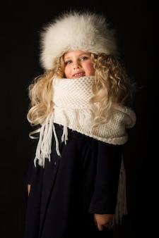 Menina bonita em roupas de inverno