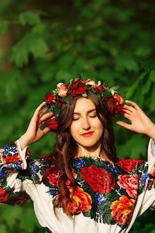 Menina bonita em roupas tradicionais ucranianas goza