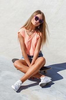 Menina bonita em shorts