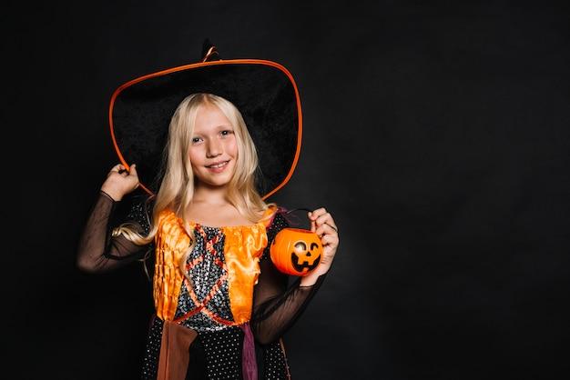 Menina bonita em traje de bruxa