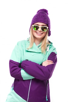 Menina bonita em traje de esqui roxo
