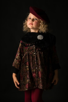 Menina bonita em traje marrom à moda antiga