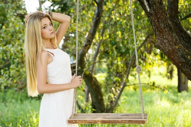 Menina bonita em um balanço