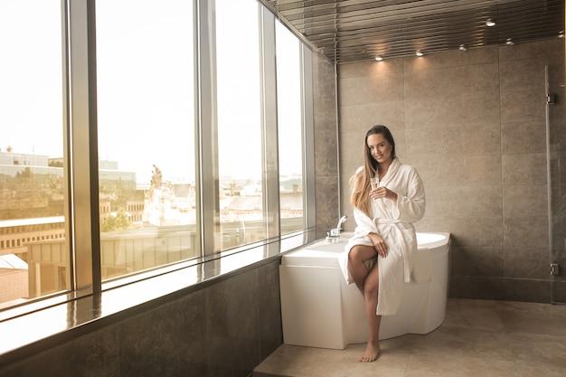 Menina bonita em um banheiro de luxo