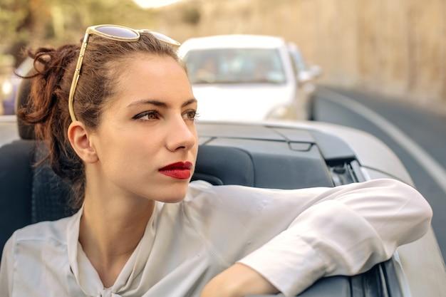 Menina bonita em um cabriolet