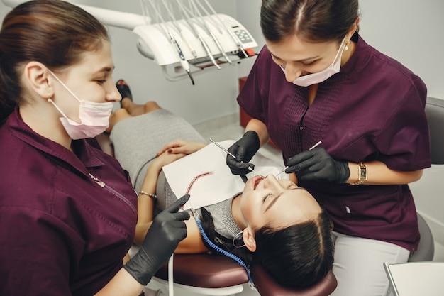 Menina bonita em um dentista