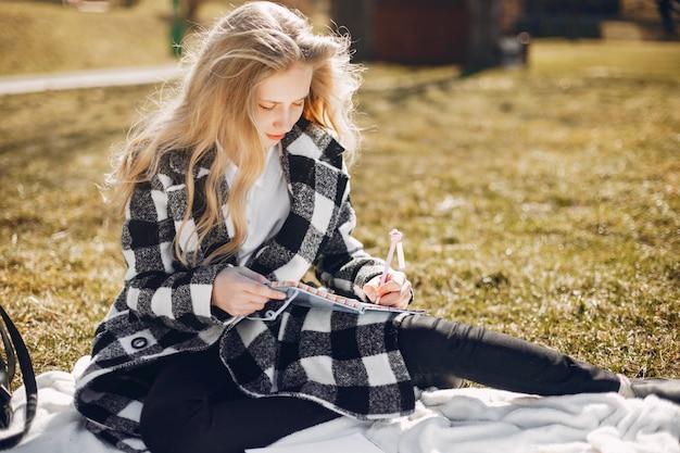 Menina bonita em um parque de verão