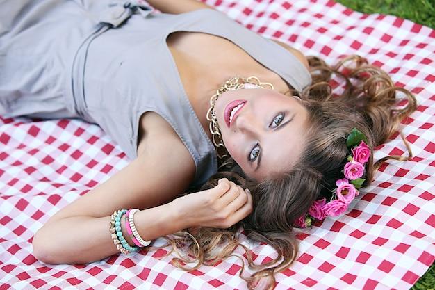 Menina bonita em um parque