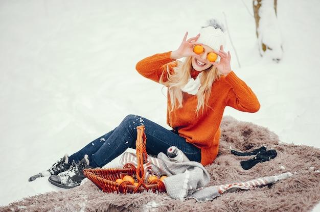 Menina bonita em um suéter laranja bonito