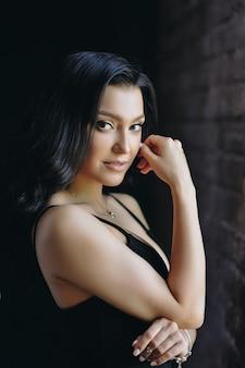 Menina bonita em um vestido preto apertado. aparência oriental.