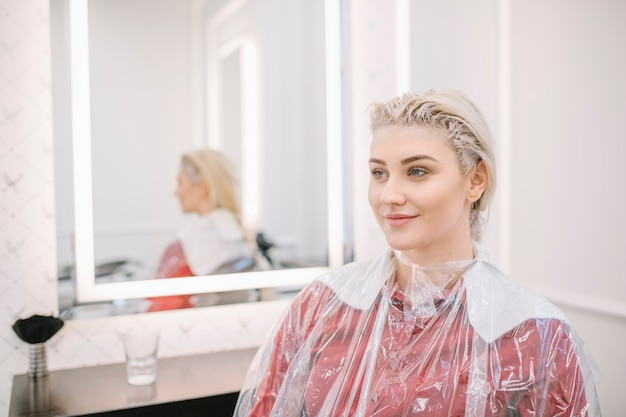 Menina bonita esperando coloração para o cabelo