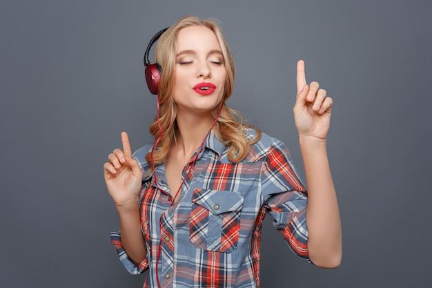 Menina bonita está curtindo a música