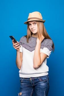 Menina bonita está testando um novo telefone celular