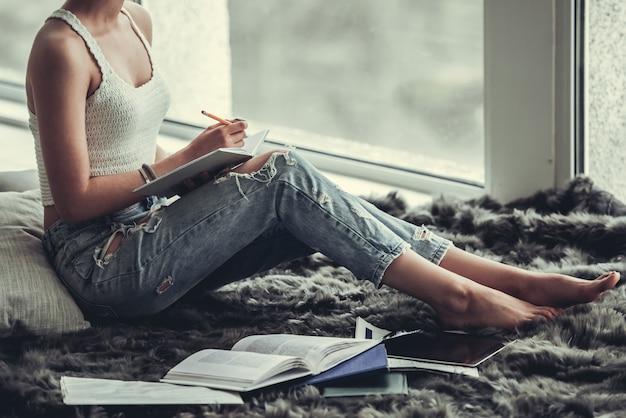 Menina bonita estudando
