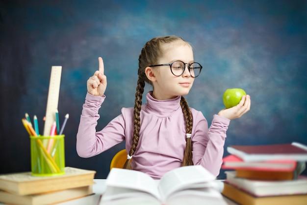 Menina bonita estudante primário obter idéia fazer lição de casa