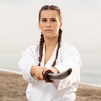 Menina bonita, exercitando a arte marcial