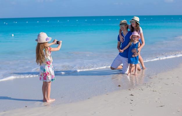 Menina bonita fazendo foto de sua família