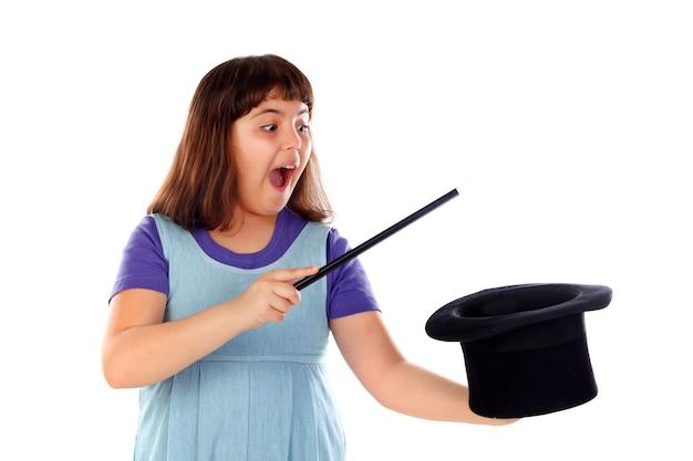 Menina bonita fazendo mágica com uma cartola e uma varinha mágica