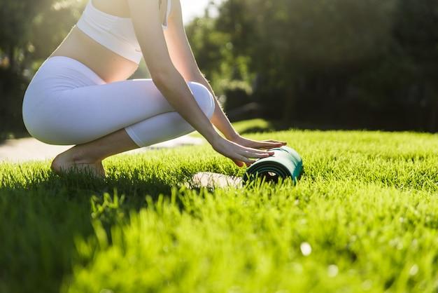 Menina bonita fazendo treinamento de ioga de manhã em nova york