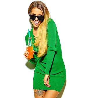Menina bonita feliz mulher loira bonita com roupas de verão casual hipster