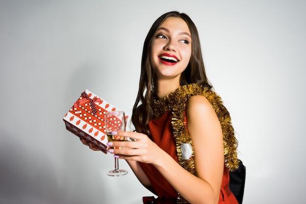 Menina bonita feliz recebeu um presente para o ano novo 2018