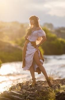 Menina bonita hippie na natureza.