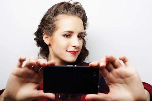 Menina bonita hippie tomando selfie. jovem e feliz.