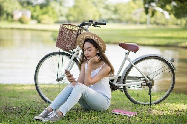 Menina bonita jogar smartphone no parque