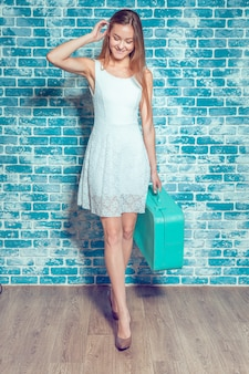 Menina bonita jovem com mala