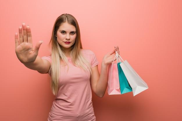 Menina bonita jovem segurando sacolas de compras