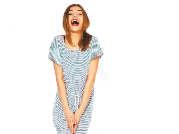 Menina bonita jovem. vestido da moda em verão casual vestido de zebra. modelo engraçado positivo