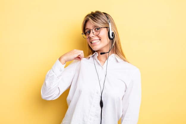 Menina bonita loira parecendo arrogante, bem-sucedida, positiva e orgulhosa. conceito de fone de ouvido
